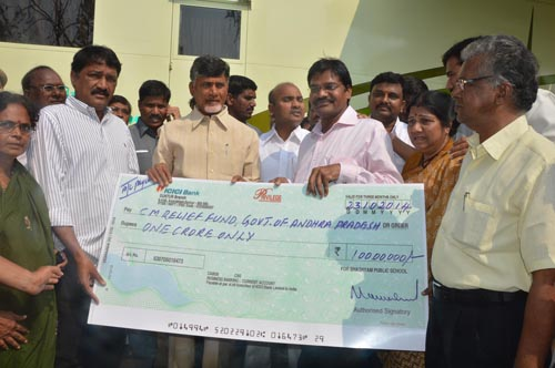 23-10-14 Bhashyam School & Colleges  Ramakrishna donating  One Crore  cheque to C.M. Relief Fund at collectorate, Vizag